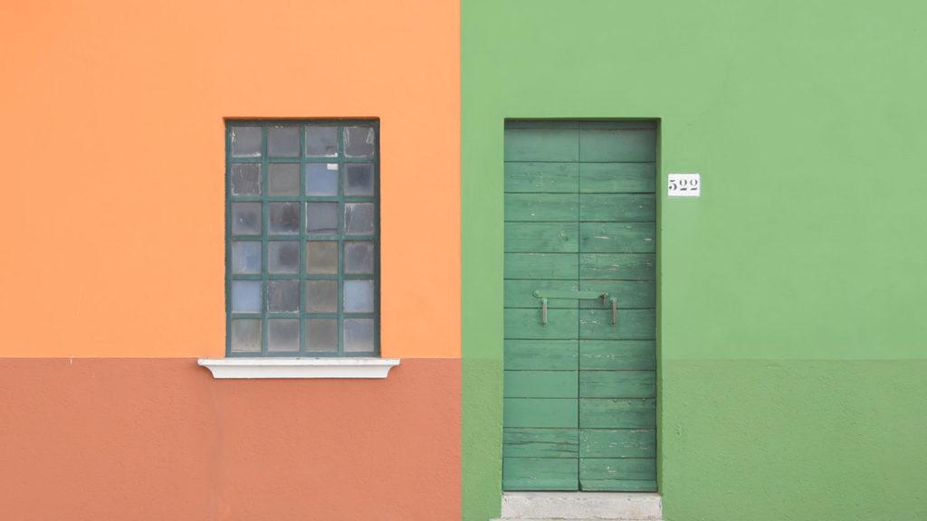 オレンジの窓とグリーンのドア