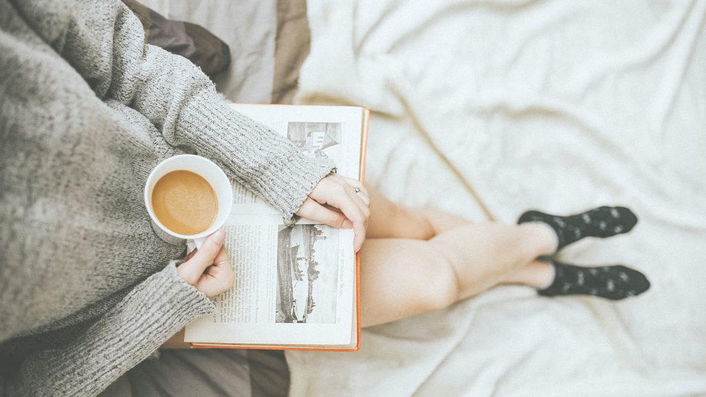 家で読書する女性