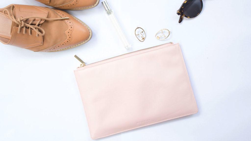 ピンクのバッグと可愛い小物
